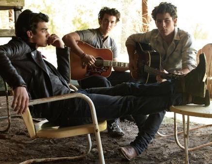 El Príncipe y la Plebeya  (Joe y Tú) - Página 2 Jonas-brothers-lines-vines-outttake-thumb-437x338