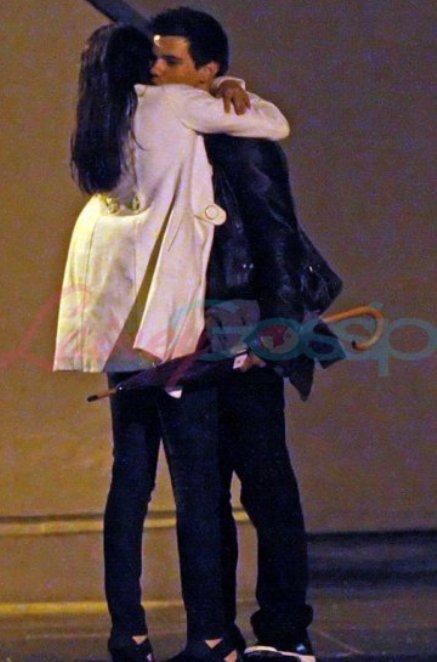 selena gomez taylor lautner hugging. Taylor Lautner Selena Gomez